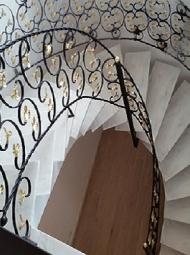 Μεταλλική σκάλα  με φύλλα
